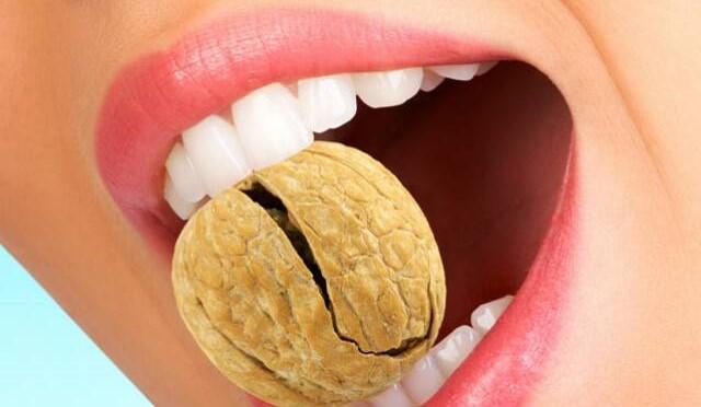 Осторожно, орешки: как уберечь зубы от сколов